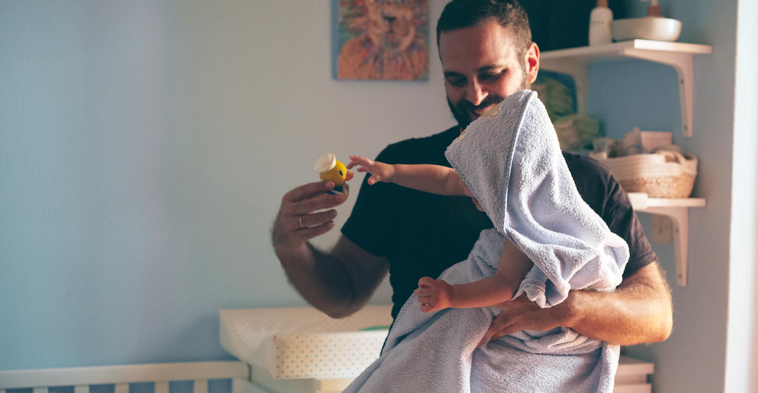 Γιατί οι μπαμπάδες είναι εξπέρ στο να κάνουν μπάνιο τα μικρά