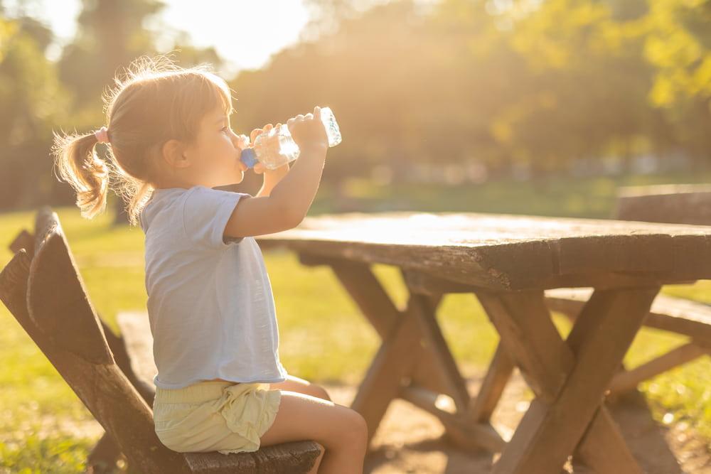 Πώς θα καταφέρεις να πείσεις το παιδί σου να πίνει περισσότερο νερό;