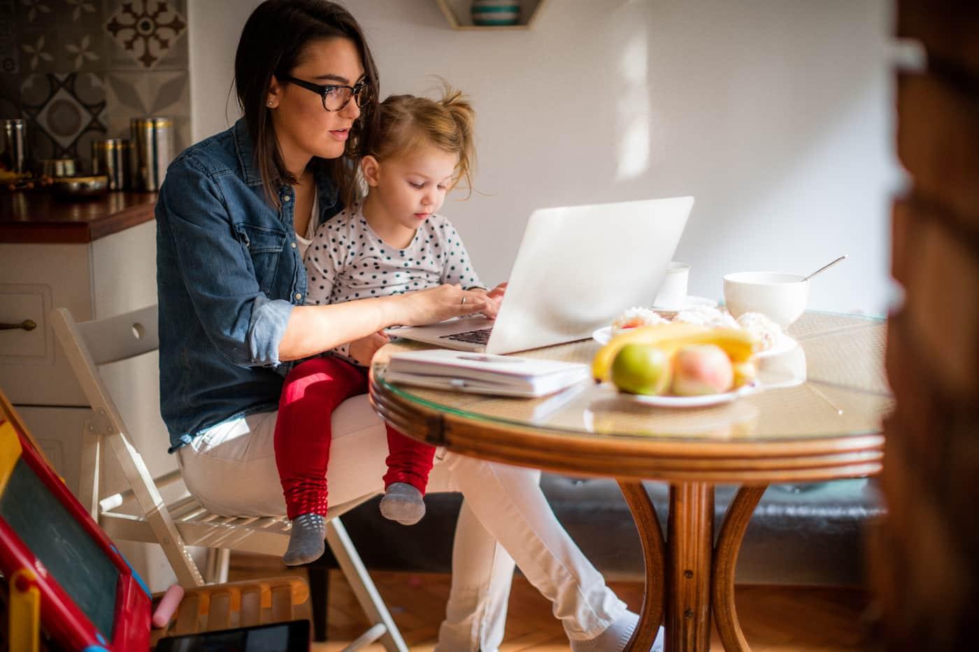 Εργαζόμενη μητέρα – πως να αποτελέσεις έμπνευση για τις κόρες σου