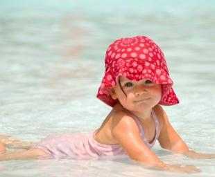 Το πρώτο μπάνιο με το μωρό στη θάλασσα. Τί να προσέξετε
