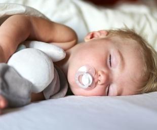 Σε ποια ηλικία κοιμούνται τα μωρά όλη τη νύχτα;
