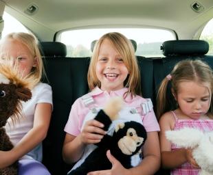 Παιδιά στο αυτοκίνητο – 6 πράγματα που όλοι οι γονείς πρέπει να έχουν μαζί τους