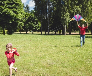 Γιατί το παιχνίδι στη φύση βοηθάει την ανάπτυξη των παιδιών μας;