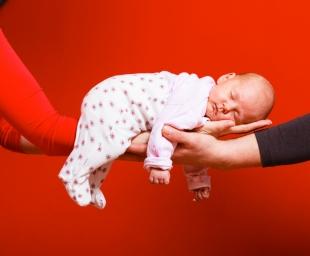 Τι πρέπει να προσέχουμε όταν επισκεπτόμαστε ένα νεογέννητο