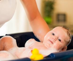 Οι καλύτερες συμβουλές για το μπάνιο του νεογέννητου