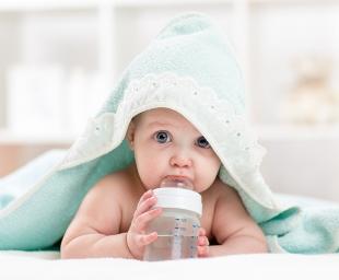 Πότε πρέπει να αρχίσει ένα μωρό να πίνει νερό;
