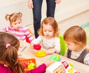 Παιδικός σταθμός ή baby sitter; Τα υπέρ και τα κατά.