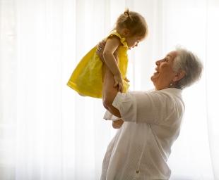 Με τη γιαγιά ή τη νταντά;