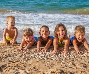Παιδί και θάλασσα: Σχέσεις στοργής ή επικίνδυνες σχέσεις;